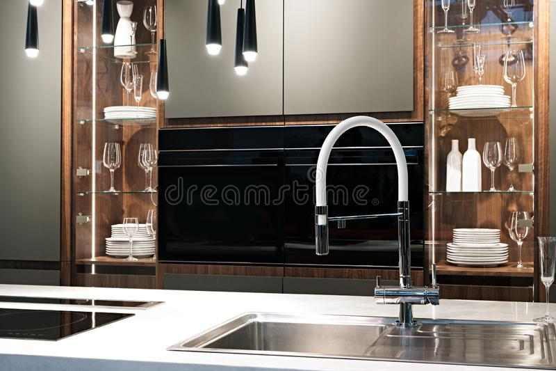 Keuken binnenlandse, moderne keuken met een luxemixer, ontbijtconcept, keukenachtergrond, concept het gezonde eten, binnenlands o royalty-vrije stock afbeeldingen