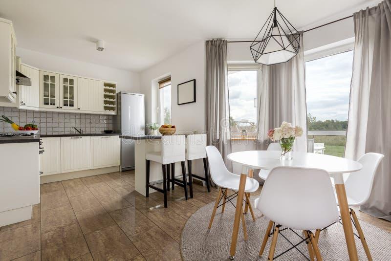 Keuken in een modern huis stock foto
