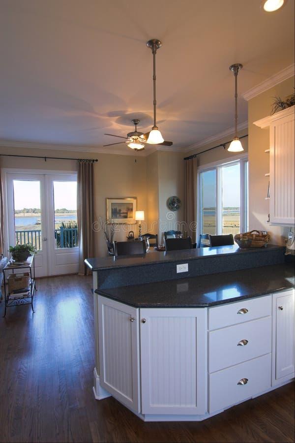 Keuken en eetkamer met mening stock foto's