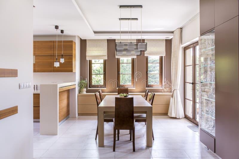 Keuken en eetkamerontwerp stock afbeeldingen