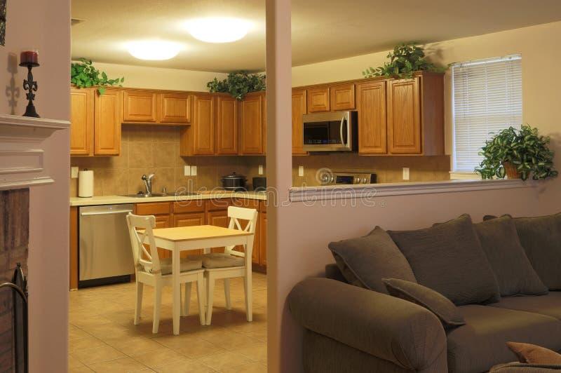 Keuken en familiewoonkamer royalty-vrije stock afbeeldingen