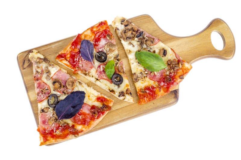 Keuken houten die raad met pizzaplakken op witte achtergrond wordt geïsoleerd royalty-vrije stock fotografie