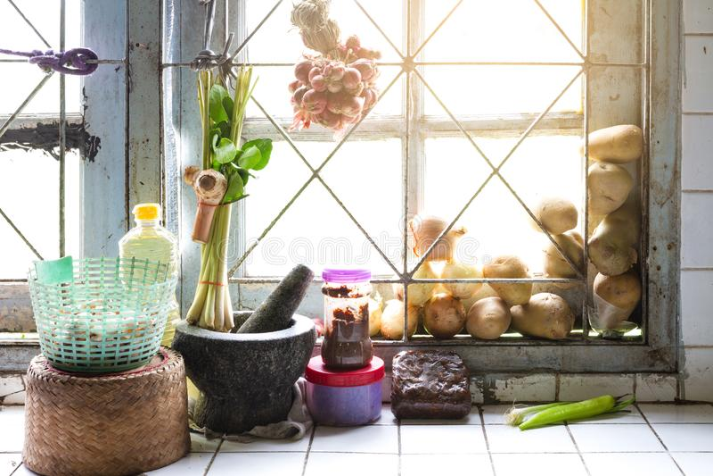 Keuken in huis van de gemeenschappelijke Thaise dorpsbewoners stock fotografie
