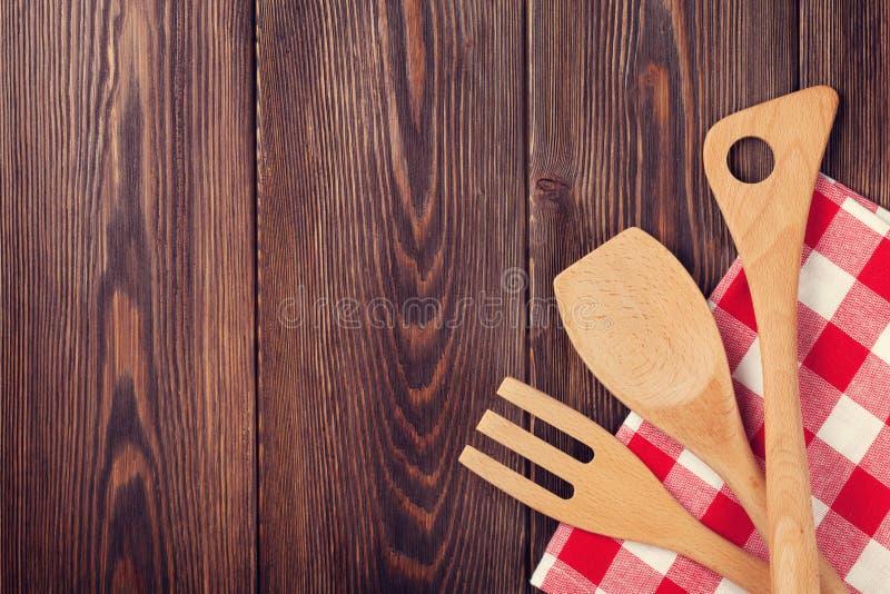 Keuken kokende werktuigen over houten lijst stock foto's