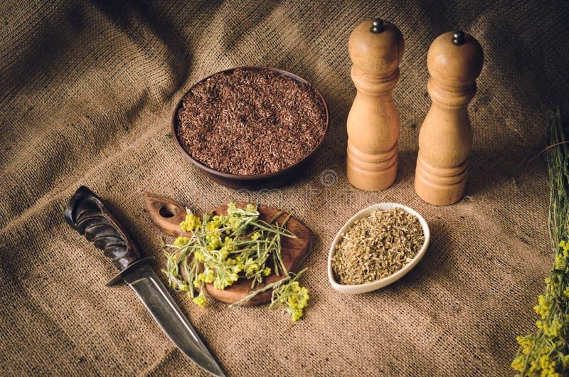 Keuken, lijst, saus, geneeskrachtige kruiden, gras, bloem, bloemen, zaden, telraam, notitieboekje, verslagen, recept, mengeling,  royalty-vrije stock afbeeldingen