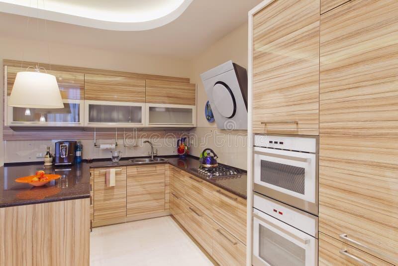 Keuken in luxehuis met groot centrumeiland stock fotografie
