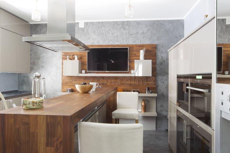 Keuken in luxehuis met groot centrumeiland stock afbeeldingen
