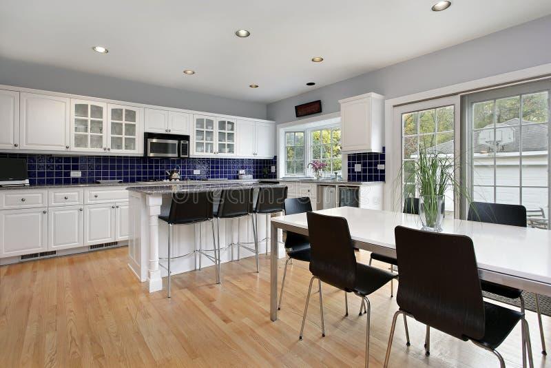 Keuken met blauwe tegel backsplash stock foto's
