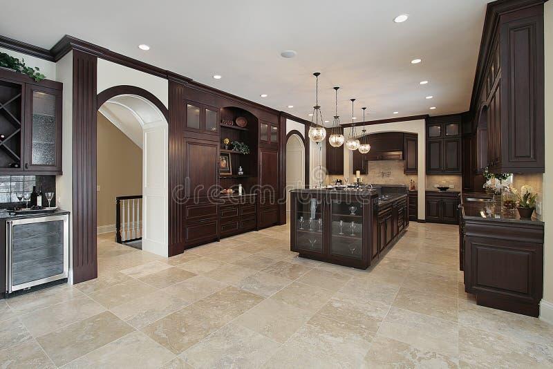 Keuken met donkere houten cabinetry royalty-vrije stock fotografie