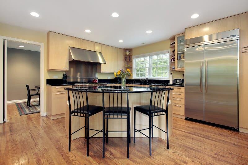Keuken met eiland en krukken royalty-vrije stock afbeelding