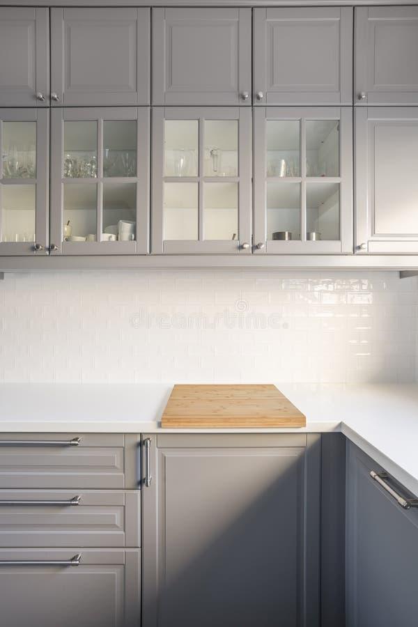 Keuken met grijze kasten royalty-vrije stock afbeelding