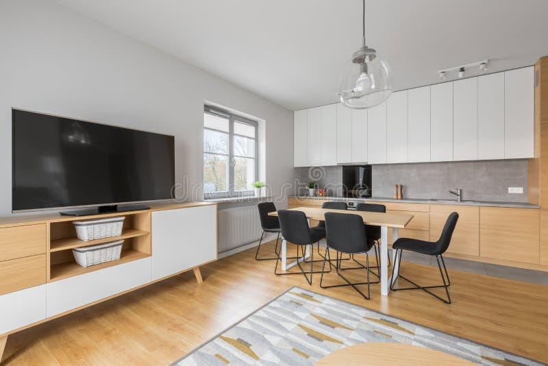 Keuken met het dineren ruimte en woonkamer stock foto