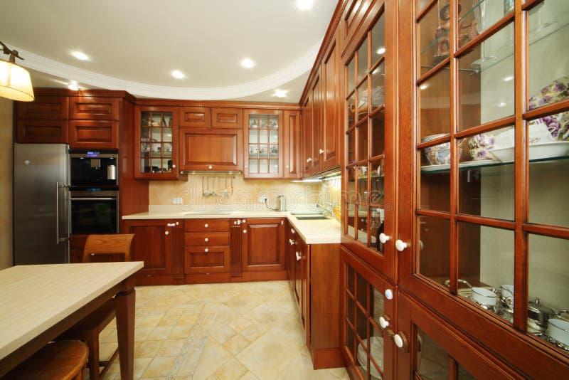Keuken met houten meubilair royalty-vrije stock foto's