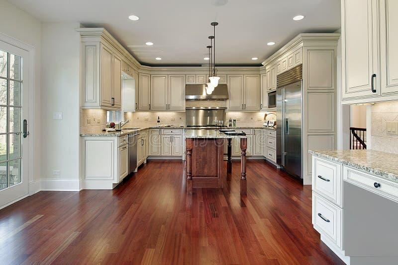 Keuken met kersen houten vloer royalty-vrije stock foto's