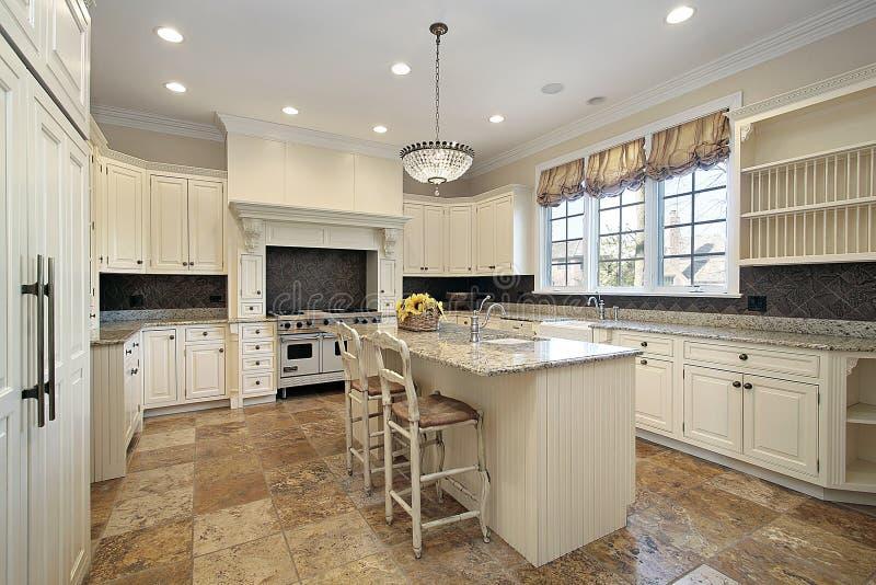 Keuken met lichte houten cabinetry royalty-vrije stock foto's
