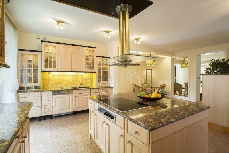 Keuken met marmer worktop stock afbeeldingen