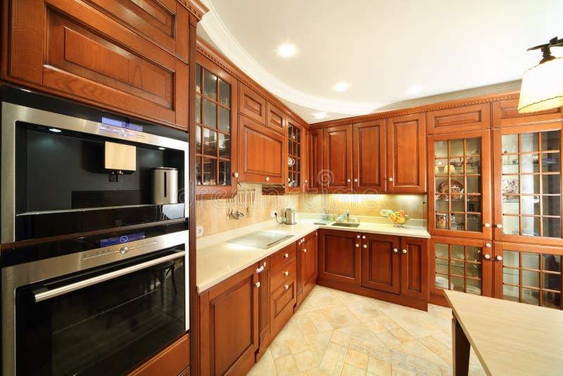 Keuken met modieus, eenvoudig meubilair royalty-vrije stock afbeeldingen