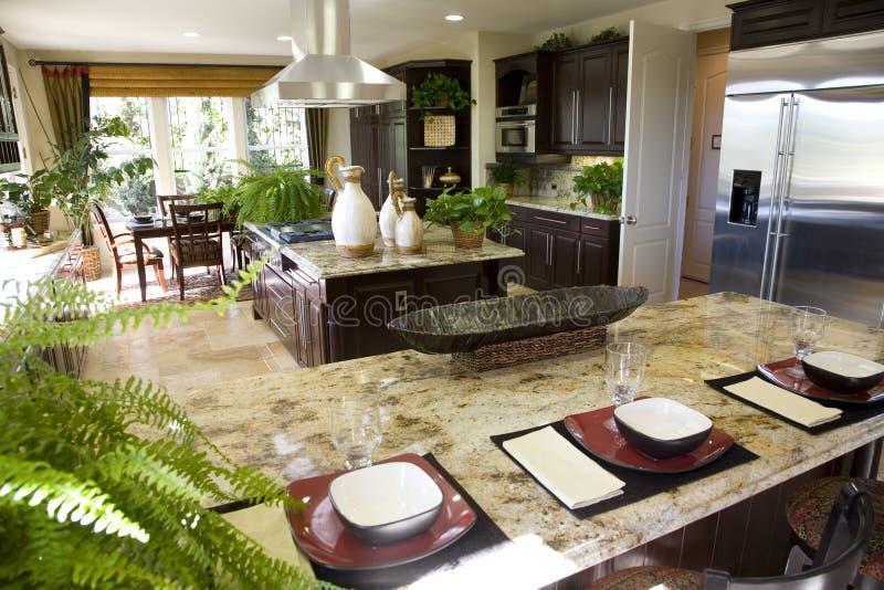 Keuken met ontbijtteller stock foto