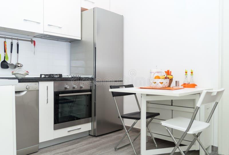 Keuken met Vers Fruitmand op Witte Lijst met Twee Stoelen stock afbeelding