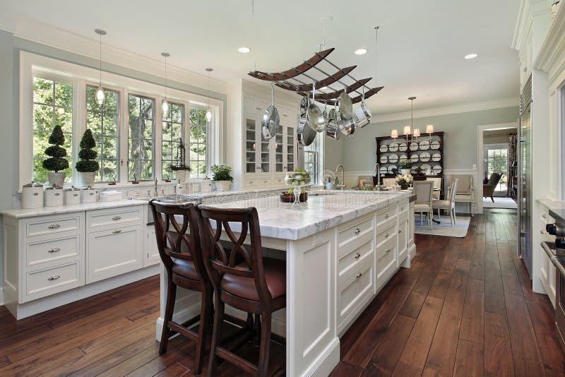 Keuken met wit granieteiland stock afbeeldingen
