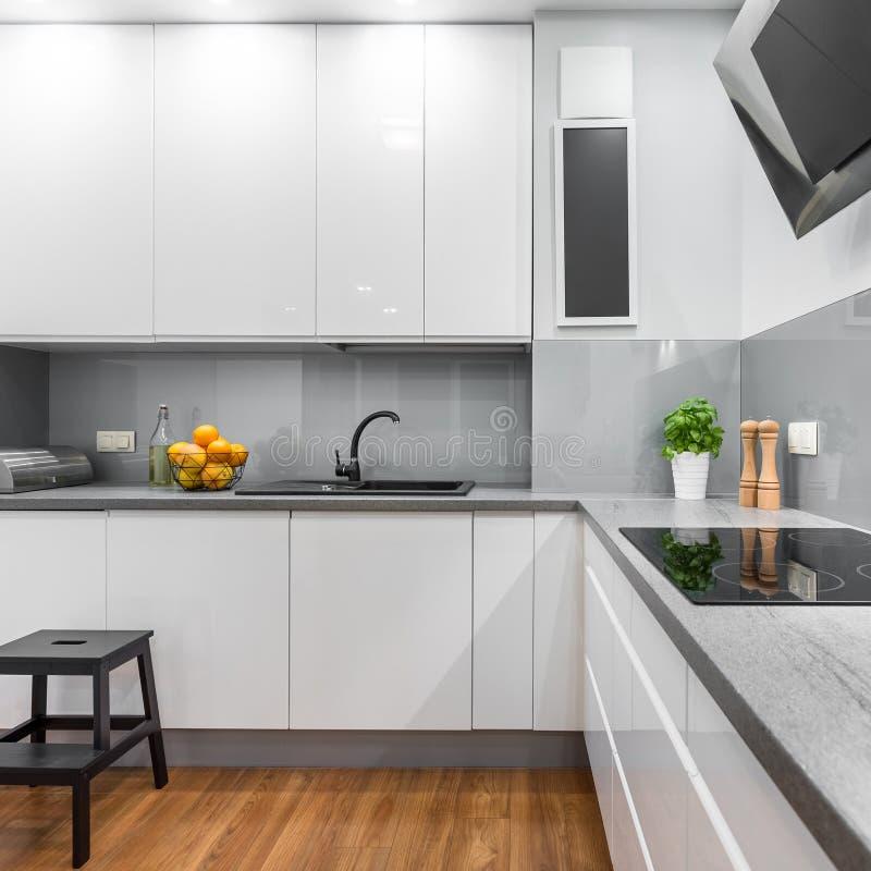 Keuken met wit meubilair royalty-vrije stock foto's