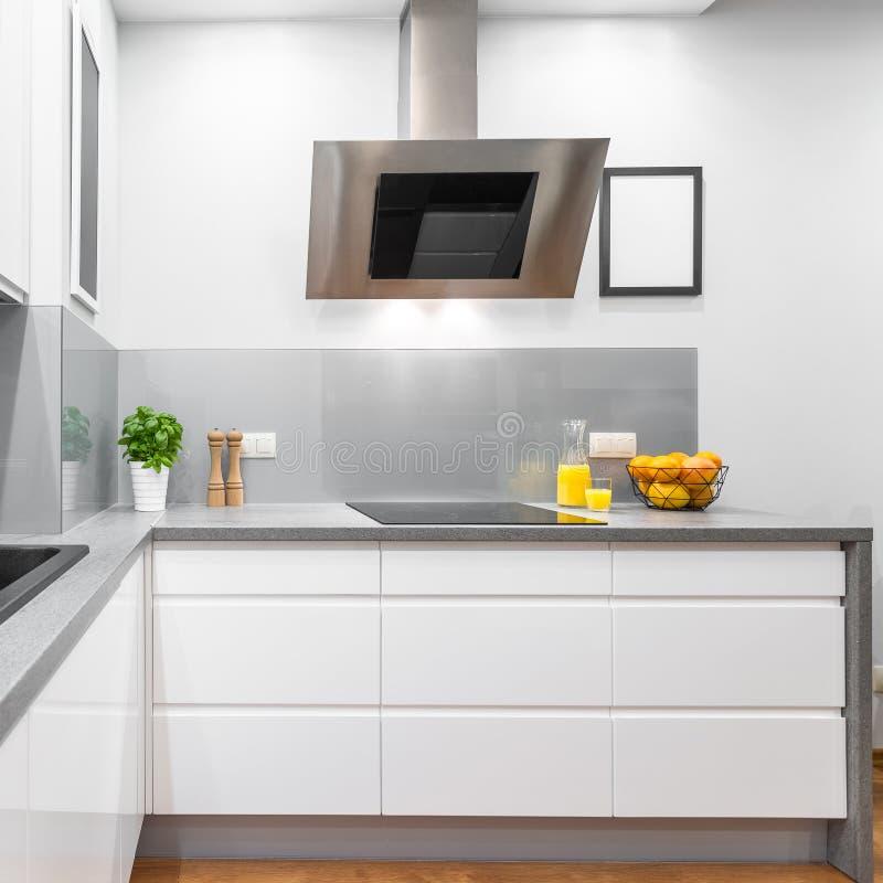 Keuken met wit meubilair royalty-vrije stock fotografie