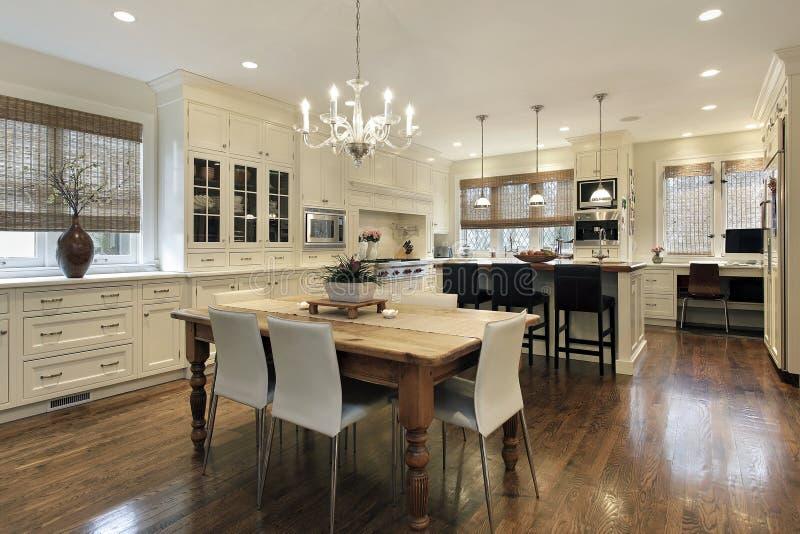 Keuken met witte cabinetry royalty-vrije stock afbeelding