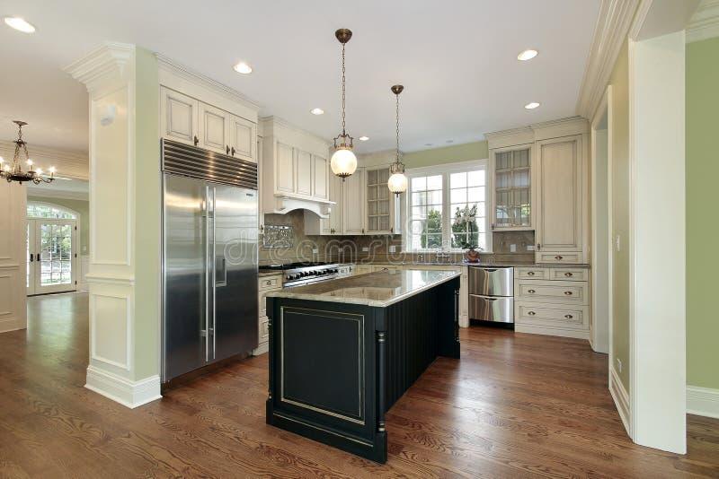 Keuken met zwart eiland stock foto