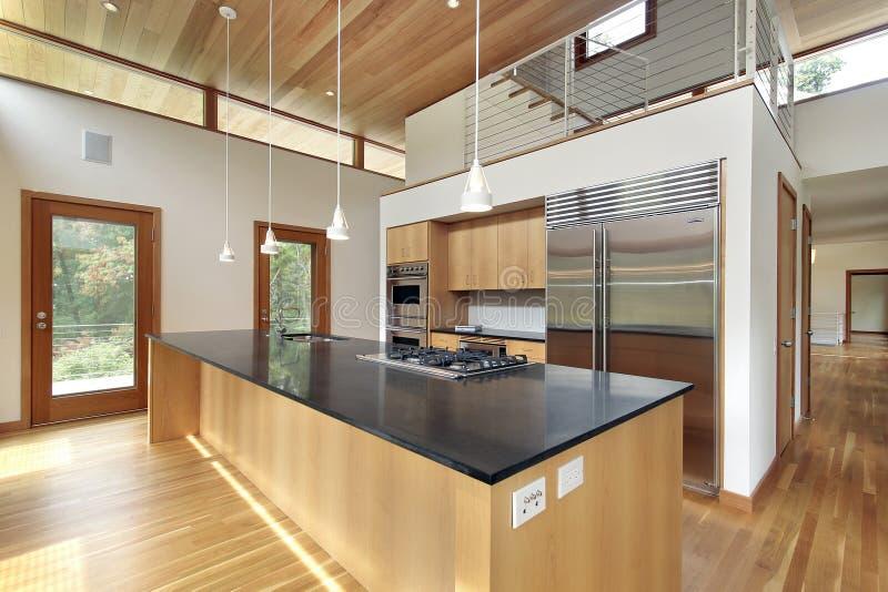 Keuken met zwart granieteiland stock afbeeldingen