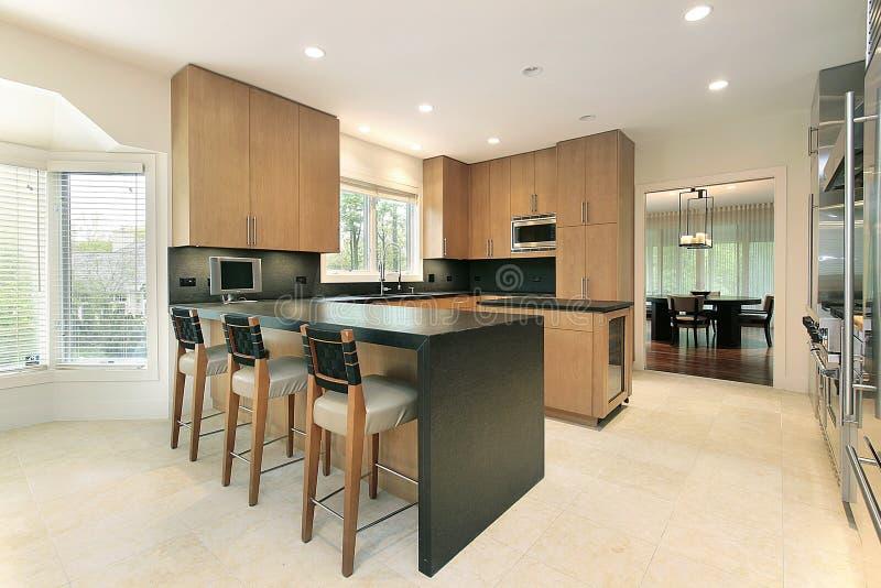 Keuken met zwarte tellers royalty-vrije stock afbeeldingen