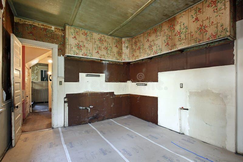 Keuken in oud verlaten huis royalty-vrije stock fotografie