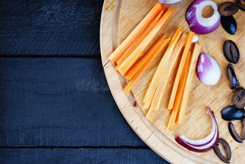 Keuken scherpe raad met gesneden groenten stock afbeelding