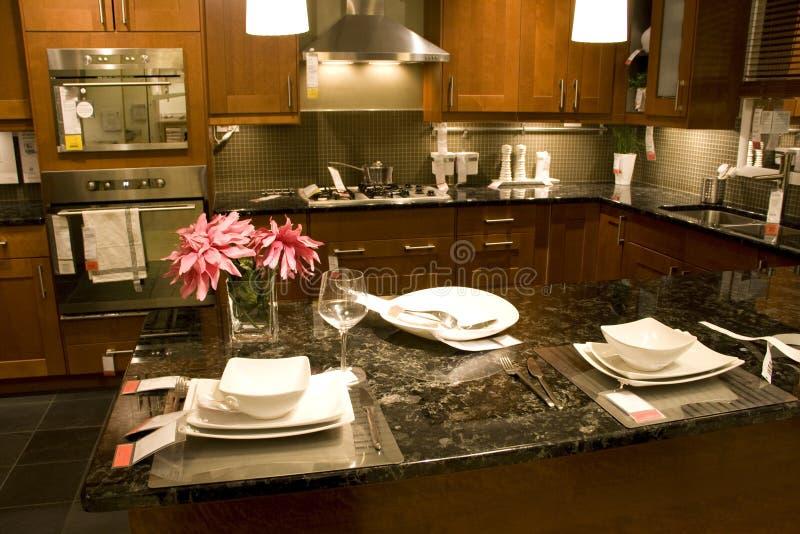 Keuken tegen naar huis plaatsend binnenland stock afbeelding