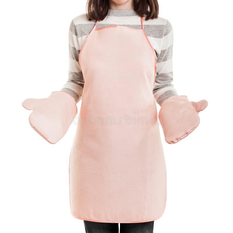 Keuken werkende huisvrouw die voedsel kokende schort en oven mi dragen stock fotografie