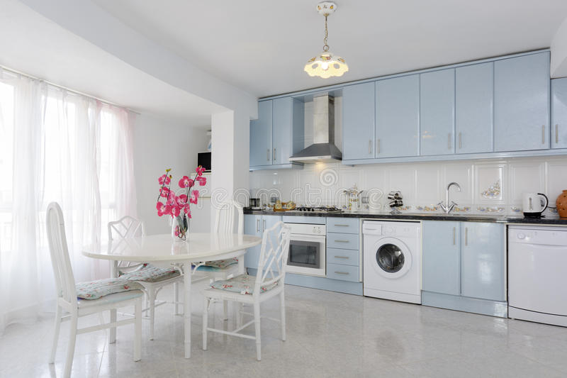 Moderne Blauw Keuken : Keuken in wit en blauw stock afbeelding afbeelding bestaande uit