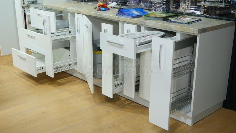Keuken wit meubilair Trek kabinetten witte kleur terug stock foto's