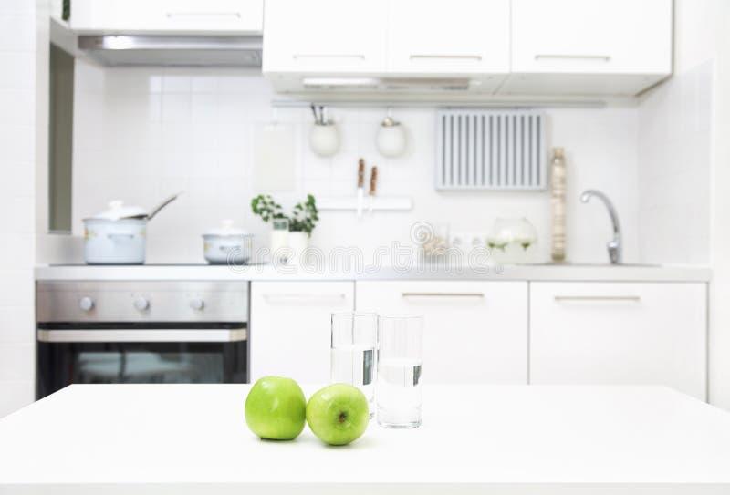 Keuken in witte kleuren stock afbeelding