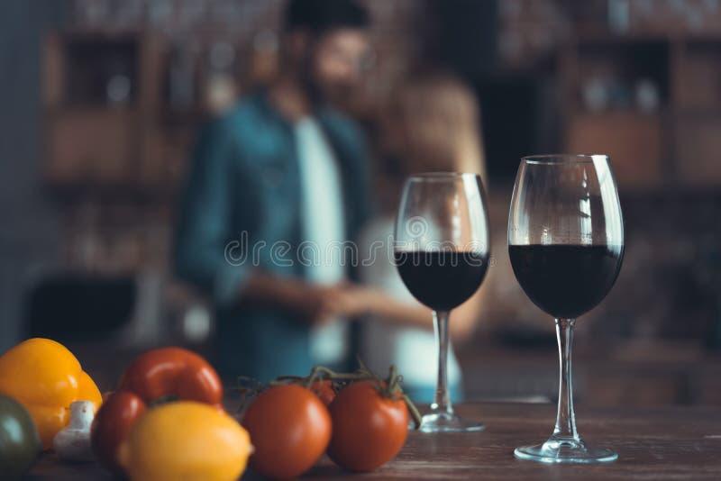 Keukenachtergrond met wijn en twee glazen royalty-vrije stock afbeelding