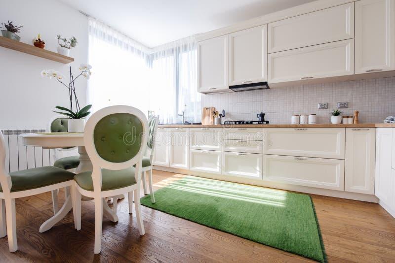 Keukenbinnenland in een nieuw luxehuis stock afbeelding