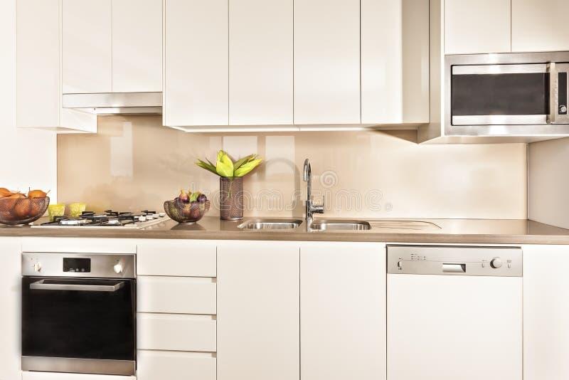 Keukenbinnenland en hulpmiddelen met lichten wordt verlicht dat royalty-vrije stock foto's