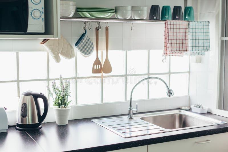 Keukenbinnenland en werktuigen stock afbeelding