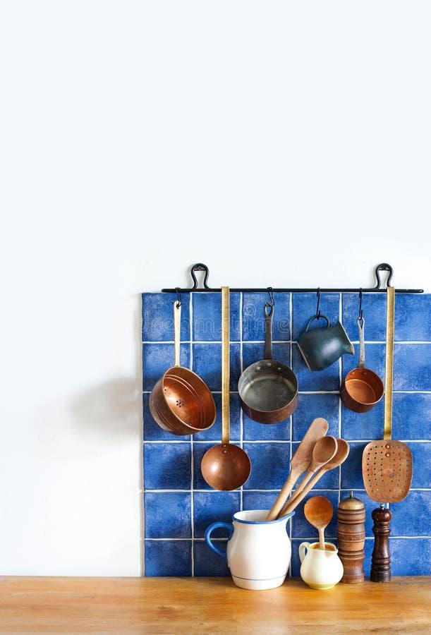 Keukenbinnenland met uitstekende koperwerktuigen de oude reeks van het stijl cookware keukengerei Potten, keukenlepel, schuimspaa stock foto