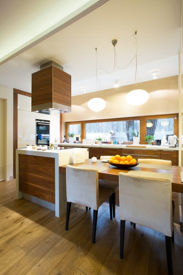 Keukenbinnenland in modern huis royalty-vrije stock foto's