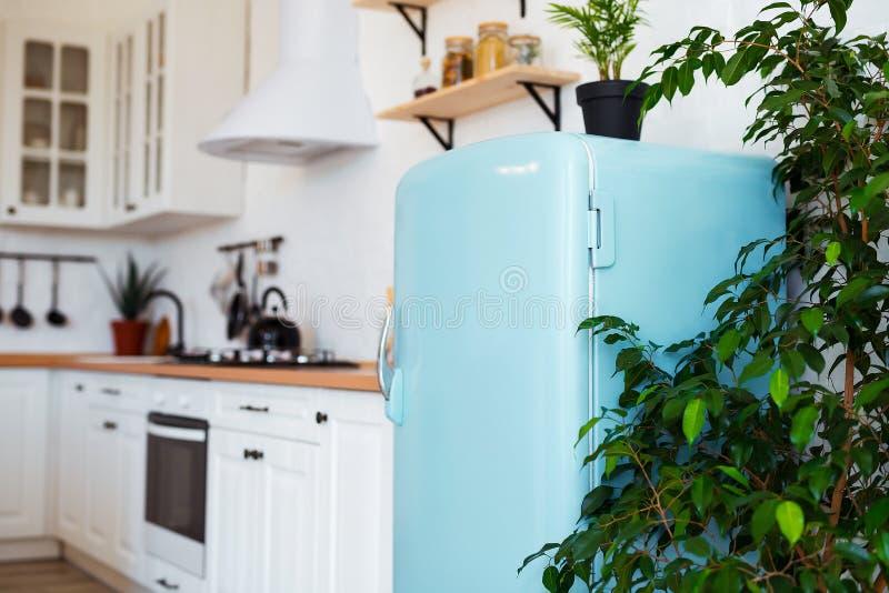 Keukenbinnenland in witte geweven kleuren met blauwe moderne retro koelkast en rustieke bakstenen muur royalty-vrije stock foto's
