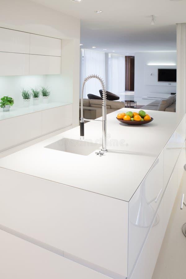 Keukeneiland binnen elegant huis royalty-vrije stock afbeelding