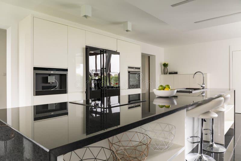 Keukeneiland in luxueuze binnenlands stock afbeelding