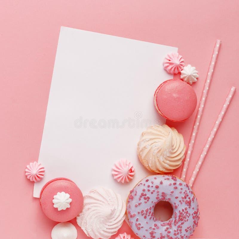 Keukengebakje, banketbakkerij en snoepjes op een roze achtergrond Hoogste mening De ruimte van het exemplaar stock foto