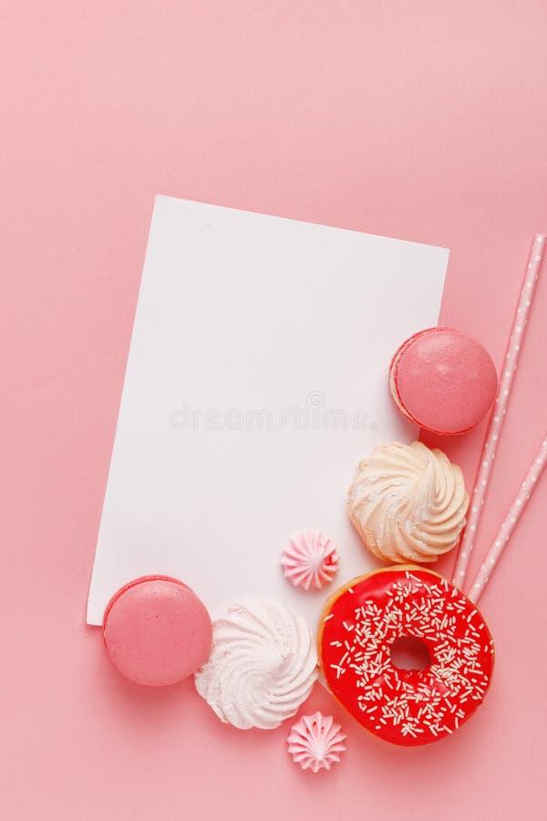 Keukengebakje, banketbakkerij en snoepjes op een roze achtergrond Hoogste mening De ruimte van het exemplaar stock fotografie