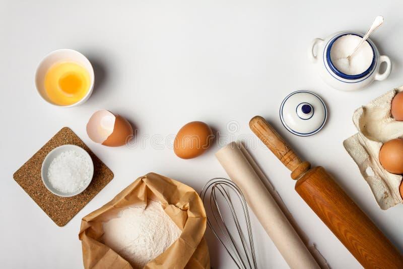 Keukengereedschap en ingredi?nten voor cake of koekjes stock afbeeldingen