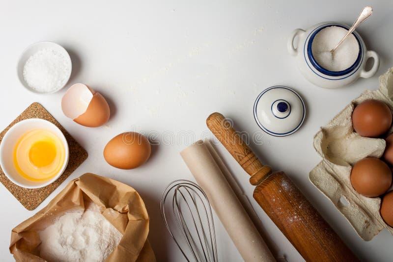 Keukengereedschap en ingredi?nten voor cake of koekjes stock foto's